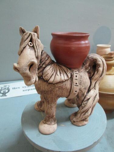 Лошадь с горшочком