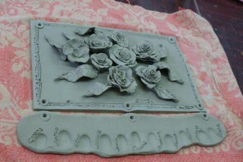 В подарок имениннице плакетка с розами и отпечатки пальчиков всех участников