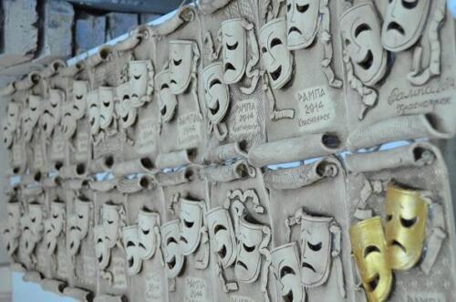 стена с масками