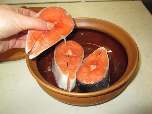 3. Закладываем рыбу в горшок