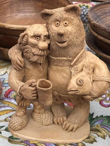 Дед и медведь пьют пиво