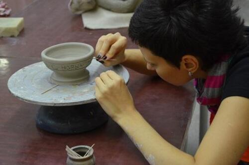 Марина декорирует чашку собственного изготовления