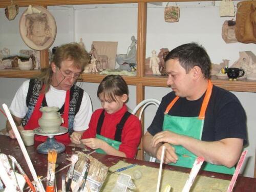 семейное занятие в гончарной мастерской