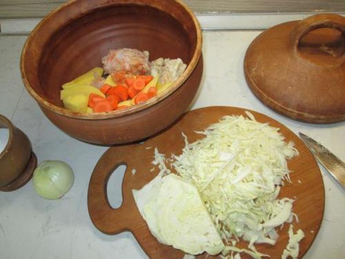 2. Овощи нарезать и уложить в супницу