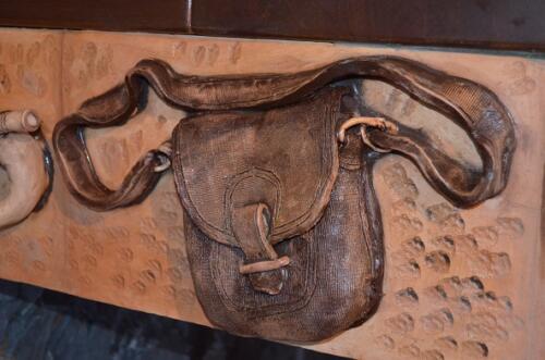 деталь пояса камина слева