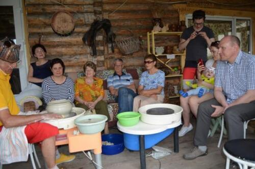 Семья отдыхает в усадьбе гончара