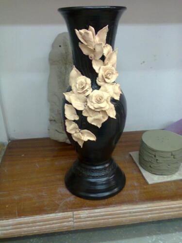Ваза декорирована розами в черно-белом исполнении