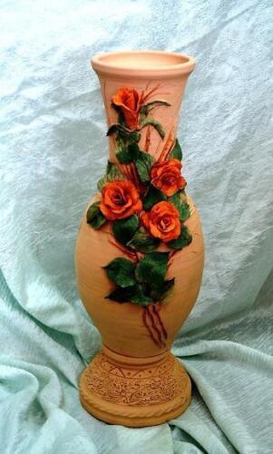 Ваза декорированая розами, можно использовать на открытом воздухе, не боится влаги и не выцветит
